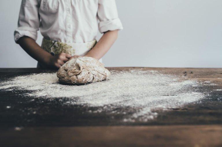 Bäcker mit Brot